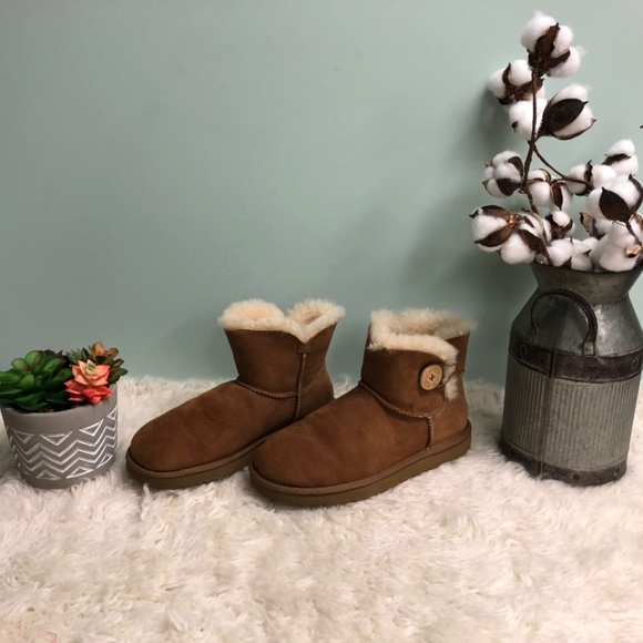 UGG Mini Bailey Button Boots: Chestnut (PM27)